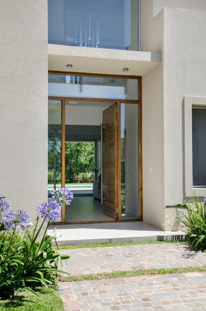 Mirá imágenes de diseños de Puertas y ventanas estilo moderno: puerta principal. Encontrá las mejores fotos para inspirarte y creá tu hogar perfecto.