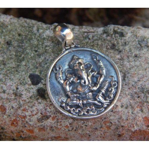 Liontin perak bulat motif dewa ganesha  Dimensi: 34x22x2mm  Bahan: Perak 925  Cocok digunakan sehari hari, Liontin perak asli buatan pengrajin dari Bali.  Atau juga bisa untuk dijadikan sebagai hadiah.