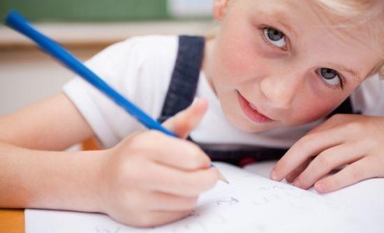 Jobban figyelnek azok a gyerekek, akik egy évvel később kezdik az iskolát   Kölöknet