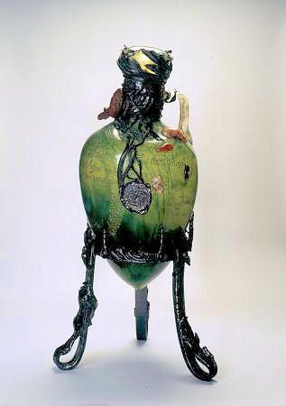 Emile Gallé, Amphore du roi Salomon, 1900. Verre soufflé, inclusions métalliques, gravure à la roue, applications ; monture en fer forgé. 116,5x43cm. Inv. 308