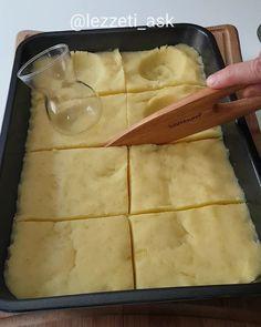 Videoyu sonuna kadar izleyip yorumlarınızı bekliyorum Yapılışı çok basit çok lezzetli bir tarif..Aslında patates mantısıda diyebiliriz..İçinde lezzet katan çok fazla şey var.Mutlaka yapın derim Tarifi birazdan ekliyorum Patates mantısı 3 4 orta boy patatesi haslayıp ezelim.İçine 1 tatlı kasıgı ...