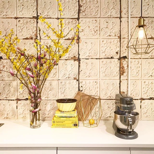 They call me mellow yellow!Spring Kitchen Settings in my Blogger Studio #sunnysideup #yellow #saffron #mad #about #me