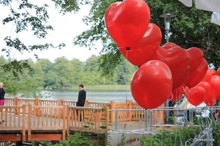 Rote Herzballon vor der Liebesbrücke am Bötzsee .