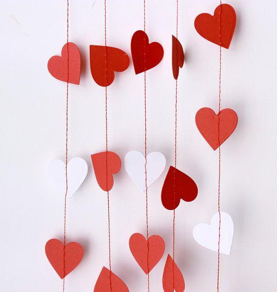 Le cœur de guirlande en rouge et blanc, lumineux et joyeux ! Parfait pour la Saint Valentin, mariage, anniversaire, salle de décor et la liste sallonge encore et. Chaque cœur (1 pouce-Voir images 3 et 4 pour le dimensionnement) est main coups de poing et cousu avec soin par moi.  Rentrez dans une carte ou dans le cadre dun cadeau pour un ami et quils vont penser de vous affectueusement chaque fois quils le voient virevoltant.  Je vous laisse beaucoup de longueur à chaque extrémité pour…