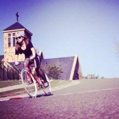 Belle femme du 07 sort avec son vélo customisé sur www.velocustom.eu
