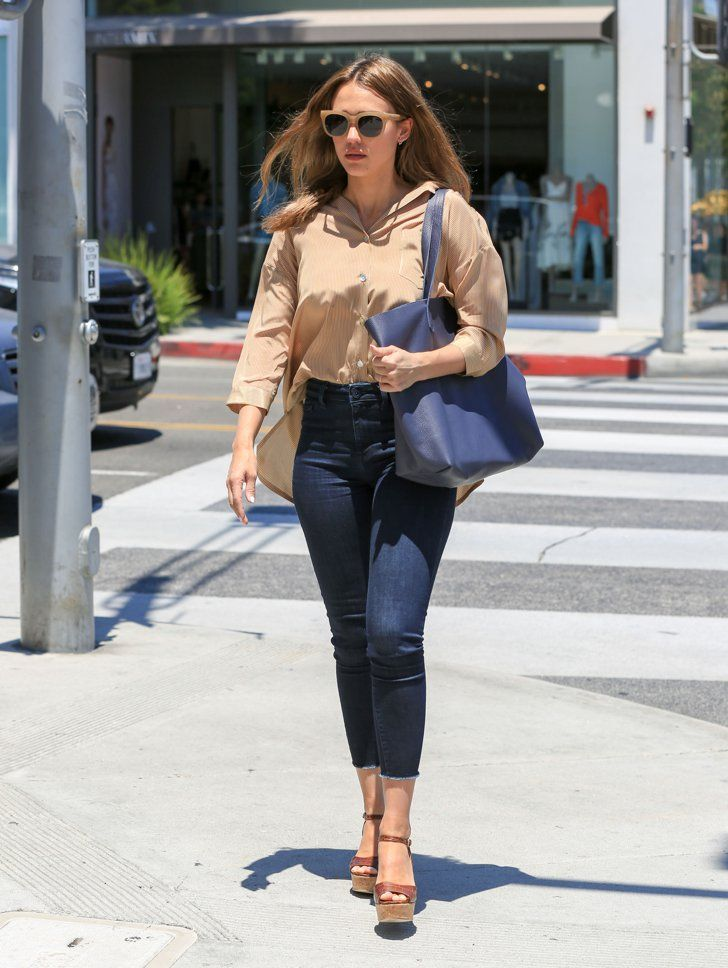 Pin for Later: Jessica Alba Just Wore Every Fashion Girl's Go-To Weekend Outfit Jessica Alba's Comfy Look