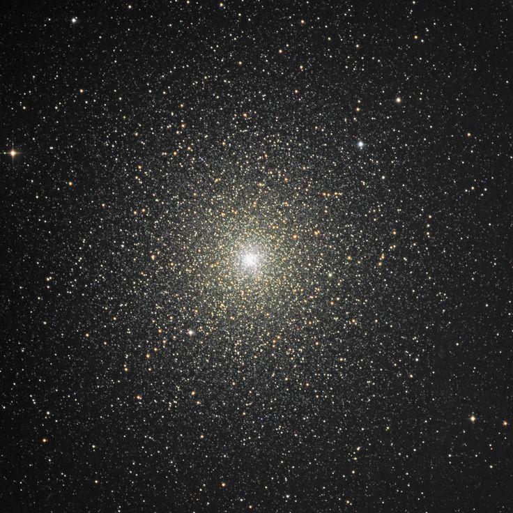 Cúmulo 47 Tucanae (NGC 104, C106 ó 47 Tuc). Cúmulo globular en la constelación Tucana. Es el segundo más brillante, después de Omega Centauri. Se caracteriza por poseer un brillo vivo y un núcleo denso. Tiene 23 púlsares conocidos, y por lo menos 21 estrellas azules cerca del núcleo. Se destaca por producir rayos X de alta energía. Esta anomalía apunta a una onda de choque (colisión entre materia que fluye desde una estrella y partículas alejandose, casi a la velocidad de la luz, de un…