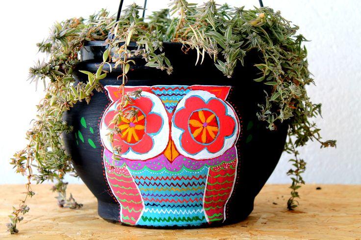 Vaso pintado à mão com coruja colorida. Não acompanha a planta.