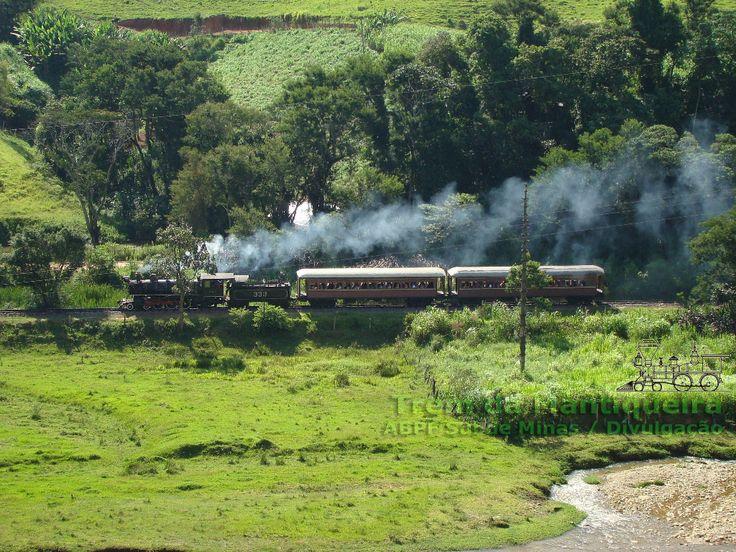 Locomotiva a vapor nº 332 subindo a serra da Mantiqueira com o trem turístico