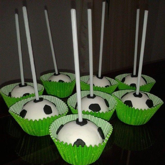 cakepops en forma de balones de futbol de chocolate con arequipe y cubierta de fondant