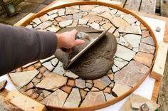 Α     πό τους εντυπωσιακότερους  τρόπους για να καλύψετε το χώμα σe μη φυτεμένες περιοχές σε κήπους και αυλές ή για να δημιουργήσετε πολ...