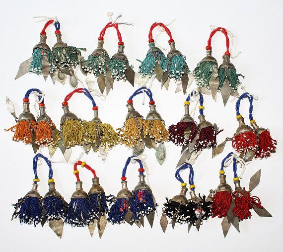 Kleine turkmenische Quasten mit Metallanhängern 1 Paar