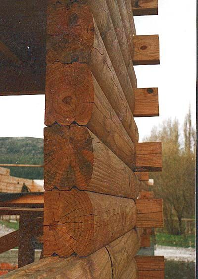 Los troncos que constituyen la pared estan maquinados para lograr un perfecto encastre similar al encastre macho-hembra del machimbre. Puede ver mas detalles en nuestra pag. web: casadetroncos.com