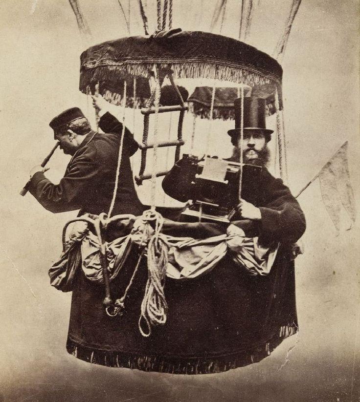 Autoportret Konrada Brandela w gondoli balonu, 1865 r. Konrad Brandel (1838-1920) początkowo pracował w atelier Karola Beyera, własny zakład otworzył w 1865 r. i prowadził go do przełomu wieków. Utrwalił najsłynniejszy do dzisiaj widok panoramiczny Warszawy, wykonał pierwsze zdjęcia Warszawy podczas lotu balonem. Zamiłowanie do pracy w plenerze i reportażu doprowadziło go do wynalezienia