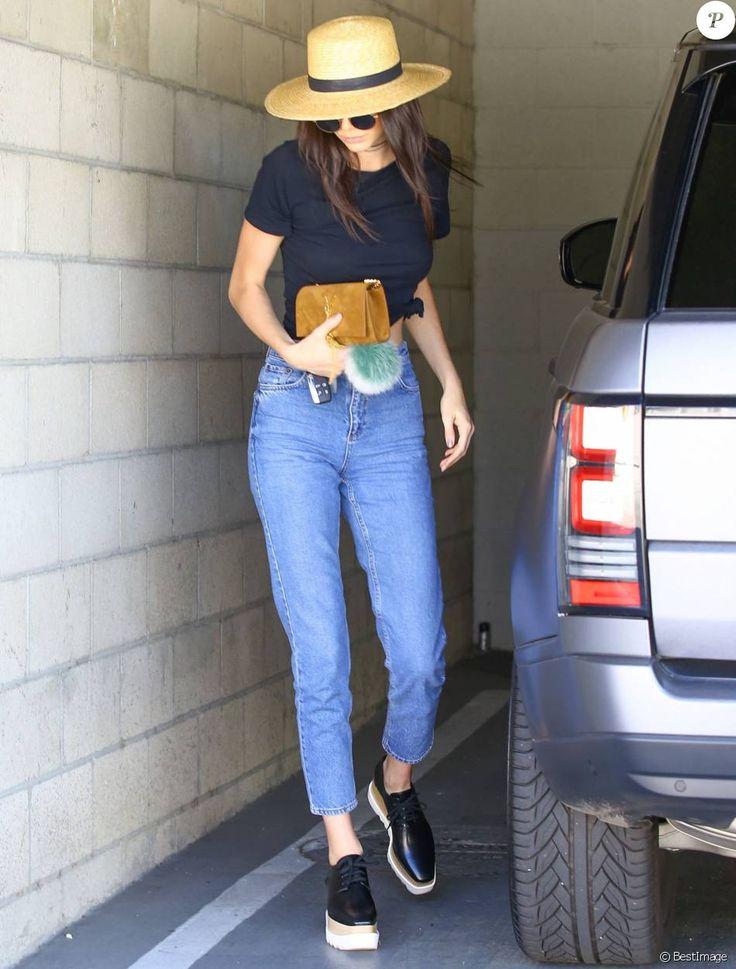 Kendall Jenner, stylée en toute simplicité dans un t-shirt noir, un jean et des chaussures Stella McCartney. Un chapeau Janessa Leone, un collier Are You Am I et une pochette Saint Laurent Paris accessoirisent sa tenue. Le 25 mars 2016.