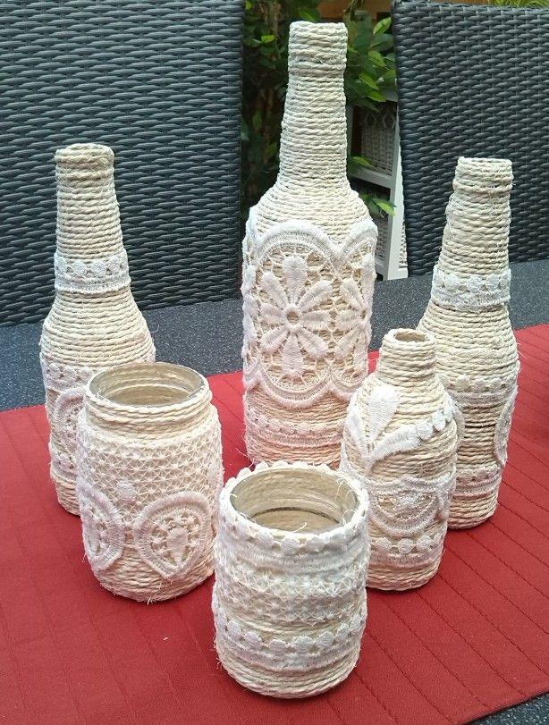 Gewoon bindtouw en stukjes gordijn op flesjes geplakt met houtlijm..