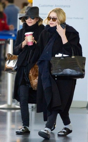 Mary-Kate und Ashley Olsen: Die Designer-Twins tragen am Airport in New York schwarze Birkenstocks mit Socken.