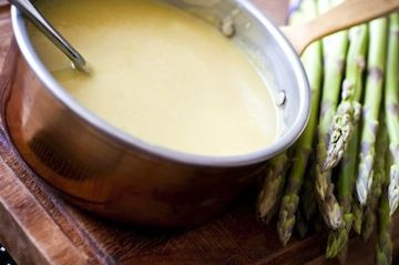 2 colheres (sopa) de azeite de oliva extra virgem  ½ xícara (chá) de cebola picada em cubos  1 dente (pequeno) de alho picado em cubos  1 colher (sopa) de farinha de trigo  1 colher (sopa) de manteiga sem sal  4 xícaras (chá) de aspargos verdes frescos (pode ser o peruano ou o fininho), picados grosseiramente  1/3 xícara (chá) de vinho branco seco  1,5 litro de caldo de legumes  ¾ xícara (chá) de creme de leite fresco (opcional)  Sal e pimenta-do-reino a go