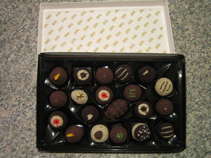 Hæklede chokolade stykker i æske