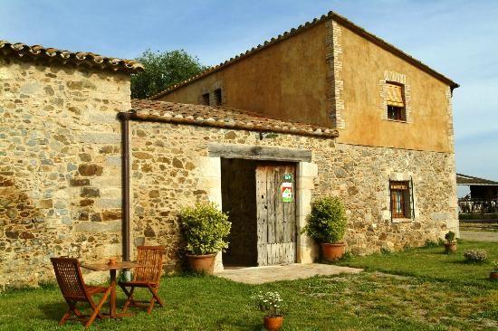 Sant Dionis, Campllog, Girona, Masía de piedra fortificada del siglo XIII restaurada en 2002. Está situada en una finca agropecuaria rodeada de campos de cultivo y animales de granja; está aislada pero bien comunicada.