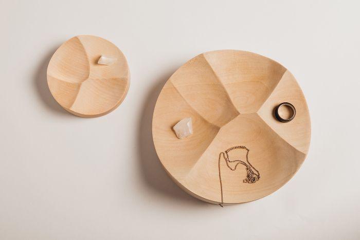 Table Family par le studio Kompaniet Design - table design en bois non plate en provenance directe de suède.
