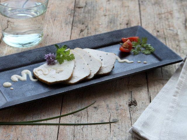 Leggi sul sito Fileni.it la Ricetta Tacchino arrosto tonnato, Morbida carne di tacchino in salsa di tonno.