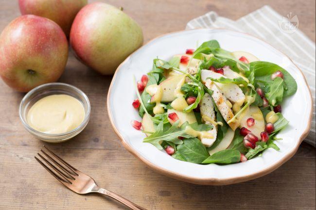 L'insalata di pollo e mele è un piatto unico invernale, genuino, saporito e light, perfetto per chi vuole rimanere leggero con gusto!