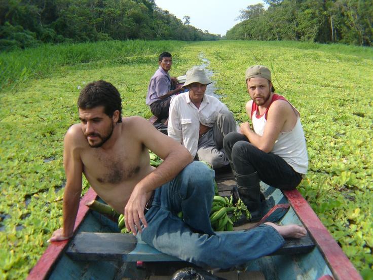 """Durante el rodaje de VIDA en el verano de 2008. En la foto a bordo de """"El maestro"""", junto a Fernac (adelante), el productor en terreno, y Armando Chanchari (atrás mío), nuestro anfitrión y guía. Foto por Felipe Sotomayor."""