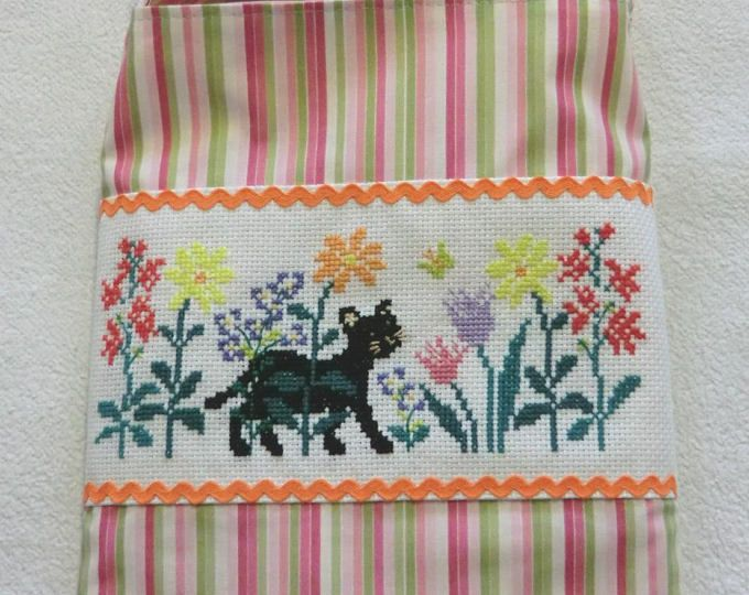 Sac Besace - Tote Bag en tissu Brodé à la main - Ballade printanière du chat noir - Pour petite fille - Fait Main - L'Artisanerie du chas