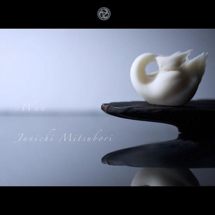 #一日一菓 #菓道 「 #白鳥 」 #wagashi of the day #sWan #煉切 製  #茶巾絞り  本日は白鳥です。 今日はテレビ朝日AM8:00〜「羽鳥慎一さんのモーニングショー」という番組の「聞きトリ」というコーナーに出演させて頂きます。 羽鳥さんにちなんで、私の手形「鳥」の定番「白鳥」にさせて頂きました。 因みに私の製菓恩師の名前も「羽鳥先生」です。  #JunichiMitsubori #和菓子 #一菓流