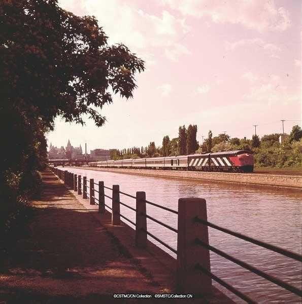 rideau-canal-train-ottawa.jpg (595×600)