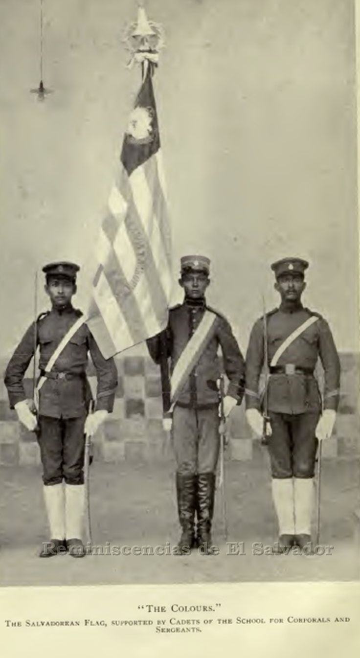 """1911, Bandera de El Salvador, sostenida por cadetes de la Escuela de Cabos y Sargentos"""",fundada en 1896 bajo el mandato del General Francisco Menéndez Valdivieso"""