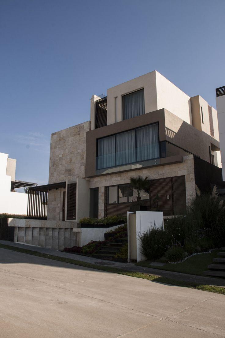 Casa ss fachada muros de piedra celosia de madera - Jardineria en casa ...