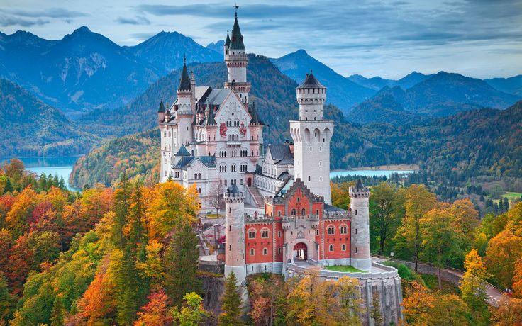 A Neuschwanstein kastély híresen meseszerű megjelenését többször is felhasználták. Neuschwanstein ihlette a Disneylandben található Csipkerózsika kastélyt, valamint Walt Disney ez alapján tervezte meg a Hamupipőke c. rajzfilmben látható épületet, mely alapján később a Hamupipőke kastély megépült.