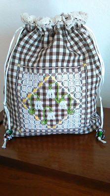 sacchetto con ricamo suisse.. disegno di Maria Concetta Ronchetti