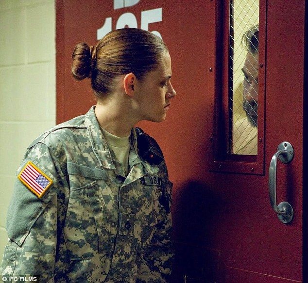Preview Film CAMP X-RAY Kristen Stewart - Setelah tampil sebagai kekasih seorang Vampire ganteng dalam 'Twilight Saga' dan Putri Salju yang anggun dalam 'Snow White and the Huntsman', Kristen Stewart rupanya mencoba tampil berbeda dalam 'Camp X-Ray'.Dalam film besutan Sutradara Peter Sattler ini, Stewart akan tampil 'gahar' sebagai seorang tentara wanita.