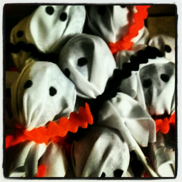 Suckers for preschool halloween party. Tootsie Roll Pops covered with white scrap fabric and ribbon- Viola! Ghost Suckers!