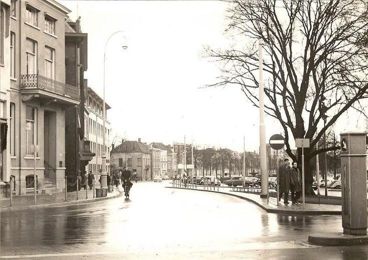 Jansbuitensingel vanaf het willemsplein. Met rechts nog een glimp van het donkere Vesta gebouw. Eind 50 begin 1960