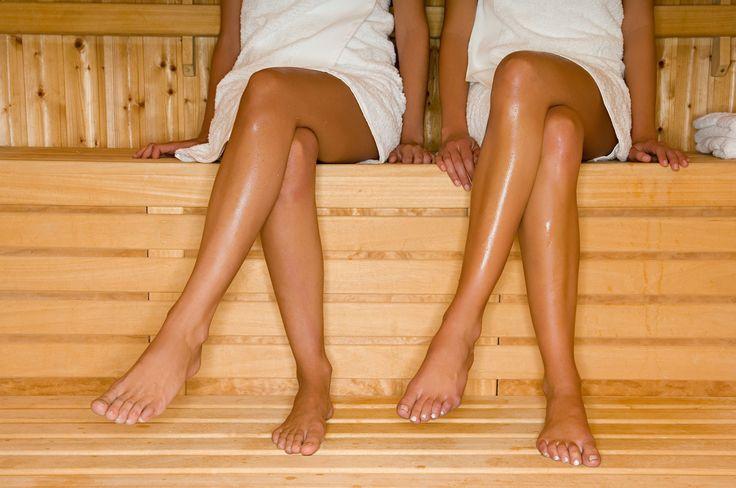 Saunieren ist gesundheitsfördernd und entspannend – wenn man es denn richtig macht. Mitunter kann auch das Verhalten der anderen Saunagänger so sehr nerven, dass jegliche Entspannung dahin ist. Hier kommen 19 Dinge, die man beim Saunieren unbedingt vermeiden sollte.