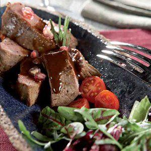 Granaattiomenalla marinoitua karitsanfileetä ja mokka-suklaakastiketta
