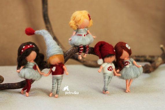 Deze kleine dames en jongens zijn ongeveer 7-8 cm (2,75 inch) lang, ment voor broches of kerstboom ornamenten. Deze zijn in rood, grijs en witte kleuren - rood / grijs collectie. Ik hou gewoon van al deze vrienden op de foto.   Als een broche kunt u het dragen van uw jas, shirt, trui, sjaal, of u kunt het pin op de zak.  Als u een gepersonaliseerde jongen of een meisje wilt, bent u welkom om uw kleur en de stijl van haar en de jurk kleur.   Dank u voor het bezoeken van mijn winkel, u ben...