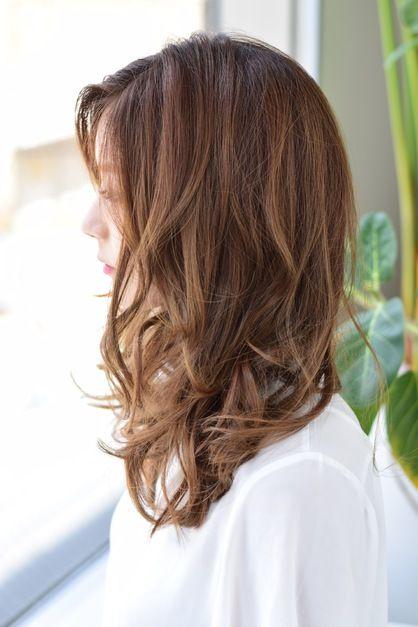 重めのセミロングは根元から絶対に毛量調整を行わず、毛先にキレイな厚みのあるカールがでるようにしてあります。トップがふんわりしやすくなるようにバランスよく入っているレイヤーもポイント☆  明るく、キレイな光沢のあるベージュカラーは美しいミルクティーのように、クリアで透明感があります。巻き髪風のスタイルにとてもマッチし、パサつきも抑えられるので挑戦しやすいお色です。  低温のデジタルパーマなら毛先にほとんど負担をかけずにしっかりとしたリッジをだせます。くしゃっと乾かすだけの簡単スタイリングも嬉しい♪
