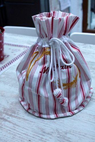 Coucou ! Aujourd'hui, voici un peu de couture.... Effectivement, après le pain (clic ici !) voici le sac pour le conserver ! Pas simple à réaliser.... le lien... ....gros plan sur les grelots..... J'ai beaucoup aimé réaliser les petits grelots.... Le...