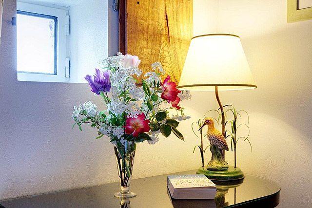Tulipes et roses accueillent les hôtes de Villa le Barone en Toscane