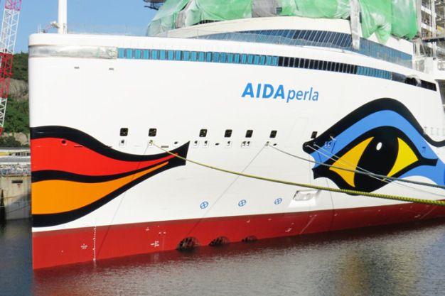 Auf der Mitsubishi-Werft im japanischen Nagasaki wurde in diesen Tagen der Kussmund, das Markensymbol der AIDA Flotte, am Bug des Neubaus aufgetragen. AIDAperla macht damit das Dutzend an Kussmünd…