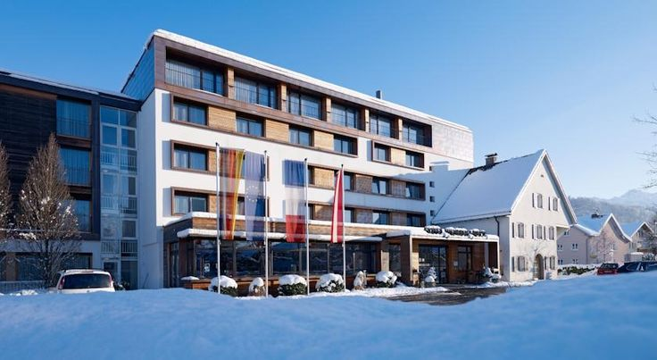 Hotel Weisses Kreuz Feldkirch Family-owned since 1852, the Weisses Kreuz in Feldkirch is just off the A14 motorway and offers free WiFi and free private parking. The city centre is 2.5 km away.