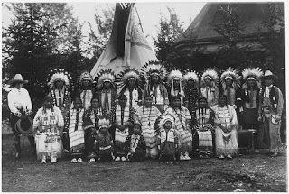 """Guerreiros Sioux: Frases de Sabedoria Nativa Americana -- """"Nós somos pobres, mas somos livres. Nenhum homem branco controla nossos passos. Se nós devemos morrer... Nós morreremos defendendo nossos direitos."""" (Touro Sentado - Lakota) - """"Mostre respeito a todas as pessoas, mas não se ajoelhe diante de nenhuma delas."""" (Tucumesh)"""