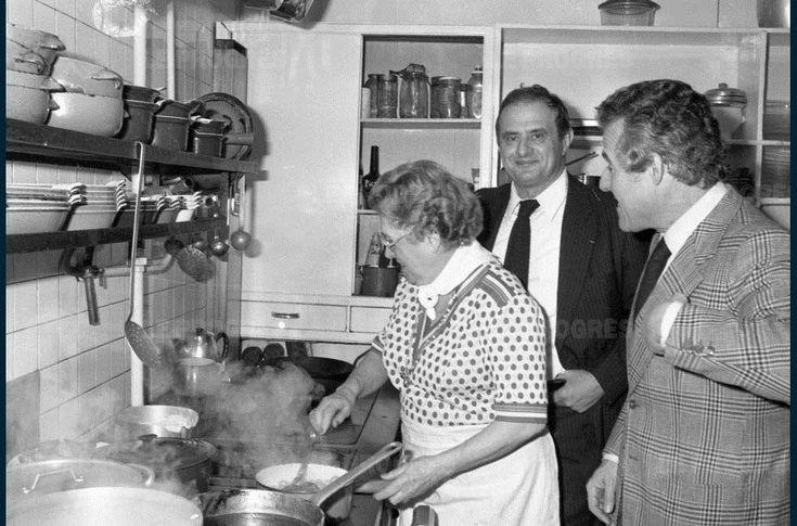 """Léa, dans son restaurant """"La Voûte"""" à Lyon, le 19 mars 1979. Sur cette photo, on reconnaît de nouveau Paul Bocuse. / Photo d'archives  Le Progrès"""