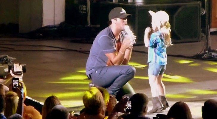 Stell dir vor du bist bei einem Konzert und der Star holt dich auf die Bühne. Ich wüsste gar nicht was ich tun sollte und wäre total nervös. Andere würden es vielleicht übertreiben und dem Star um den Hals fallen. Aber Kinder haben eine natürliche Freude und Unbekümmertheit welche sie auf der Bühne ausleben können. Die kleine Kylee wird bei einem Konzert von Luke Bryan nach vorne geholt und fühlt sich sichtlich wohl auf der Bühne. Einfach schön ihr dabei zuzusehen!