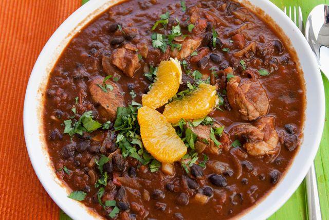 Ragoût de porc et de haricots noirs ------------Vous cherchez une nouvelle recette de ragoût à la mijoteuse? Essayez celle-ci! Il suffit de faire dorer l'épaule de porc à la poêle, puis de la cuire à la mijoteuse avec le chorizo fumé, les tomates, l'oignon et l'ail.